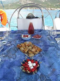 Croisère avec hôtesse sur un voilier catamaran en Corse pour s'éviter toutes les contraintes
