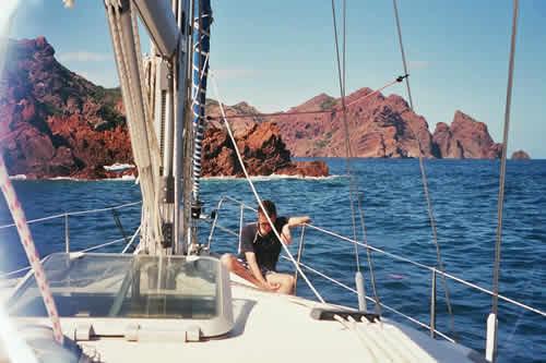 A l'avant du bateau et découvrir les paysages de Corse au cours d'une croisière