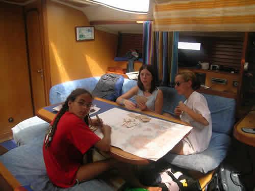 Apprentissage de la carte lors d'une location de voilier avec skipper