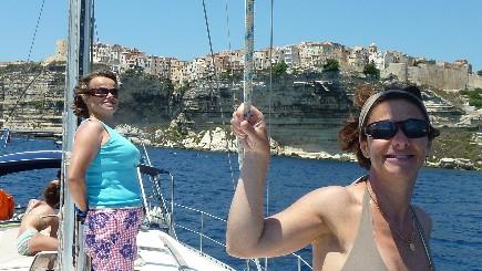 Arrivée sur Bonifacio lors d'une location de voilier avec skipper