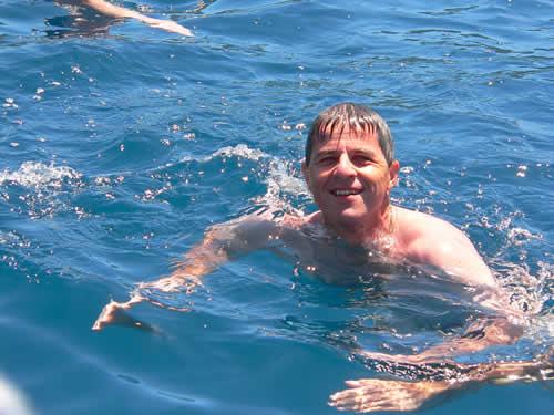 Baignade au cours du mouillage du voilier catamaran en Corse