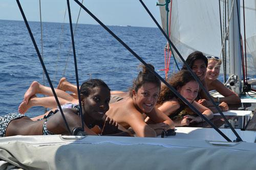 Bande d'amies sur un voilier de location avec skipper en Corse
