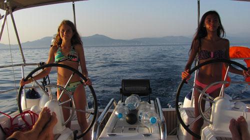 Compétition de barre sur ce voilier de location en Corse