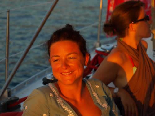 Croisière entre amis sur un coucher de soleil, la location de voilier avec skipper