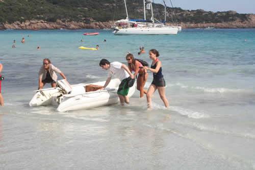 Débarquement plage de Rocapina lors d'une location de bateau avec skipper
