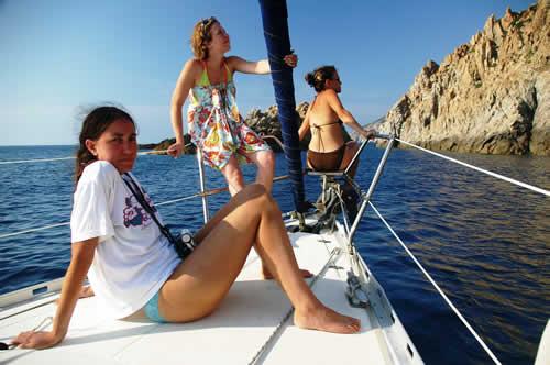Découverte du paysage entre amies sur ce voilier de location en Corse