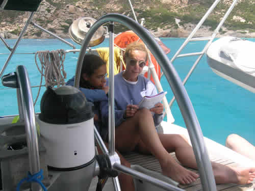 Détente au mouillage lors d'une location de voilier en Corse