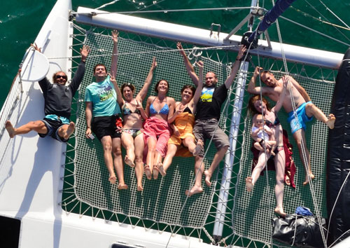 Détente et rigolade sur le trampoline du catamaran loué en Corse