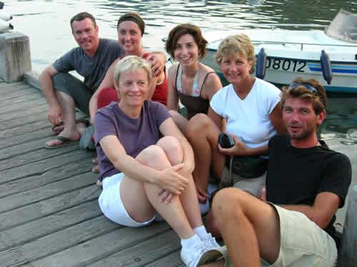Détente sur le ponton de Girolata lors d'une croisière à la voile en Corse