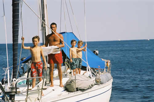 Deux futurs capitaines de voilier et leur skipper