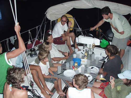 Diner en cockpit de ce voilier lors d'une croisière sur la Corse