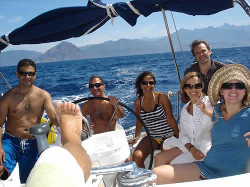Entre amis sur un voilier de location en Corse avec skipper