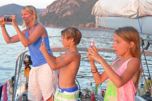 Famille découvrant les joies de la croisière en Corse avec skipper