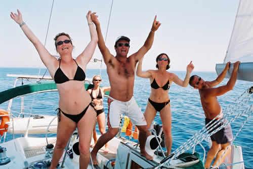 Fête à bord d'un voilier lors d'une location de voilier avec skipper