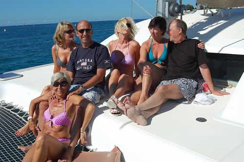 Groupe d'amis sur une croisière à bord d'un catamaran en Corse