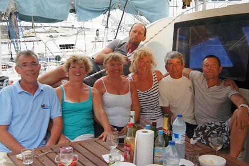 Groupe d'amis sur une croisière à bord d'un catamaran loué en Corse avec skipper