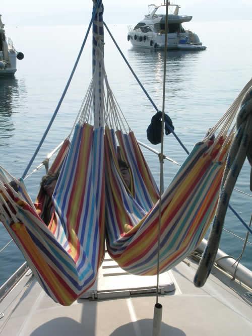 Hamac sur un voilier de croisière à la voile en Corse