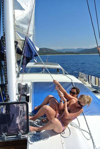 Hisse bas en haut sur le catamaran de location en Corse