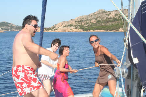 Hisse haut la voile sur ce catamaran de location en Corse avec skipper