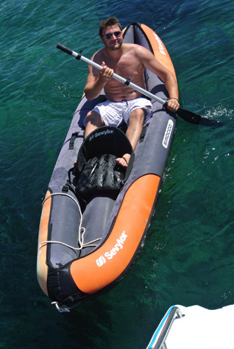 Kayak en mer au cours d'une croisiere en Corse à la voile sur catamaran