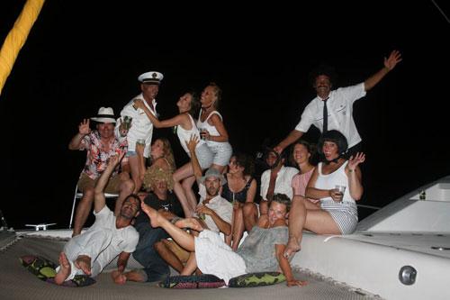La croisière s'amuse en faisant la fête sur ce catamaran de location avec skipper