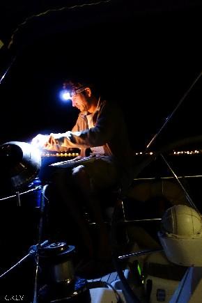 Le skipper et son barbecue sur une croisière à la voile en Corse