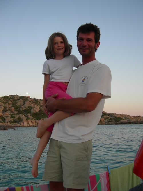 Même le skipper peut faire nounou sur une croisière à la voile en Corse