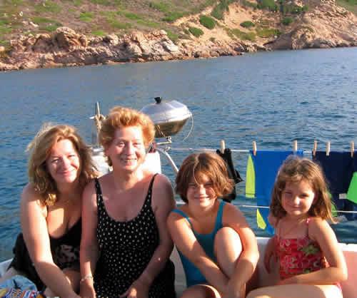 Mer, mère et ses filles au mouillage en Corse sur un bateau