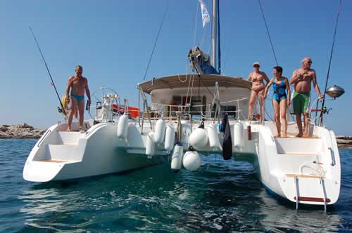 Mouillage du catamaran sur la pointe de Sénétose pour une partie de pêche