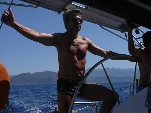 Naviguer pour soi son propre bateau lors d'une croisière avec skipper