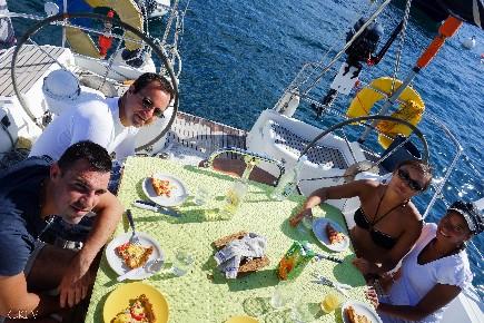 Petit déjeuner matinal au cours d'une croisière à la cabine en Corse