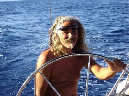 Plaisir d'un instant entre amis sur un plan d'eau étonnant la Corse à la voile