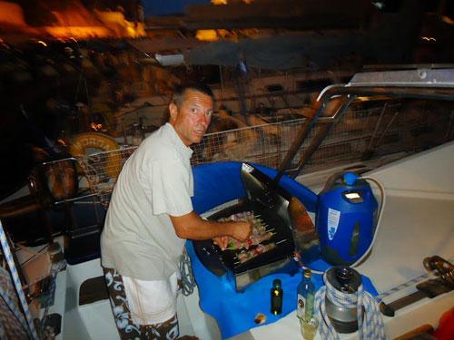 Plancha à bord du catamaran loué en Corse avec skipper