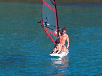 Planche à voile devient l'annexe pour les bateaux au mouillage
