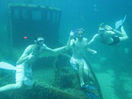 Plongée sur épave en apnée lors d'une croisière à la voile en Corse
