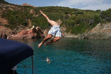 Plongeon depuis le bateau lors d'une croisière à la voile en Corse