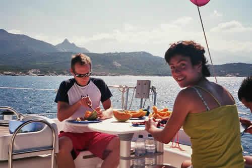 Préparation d'un repas à bord du bateau lors d'une location de voilier