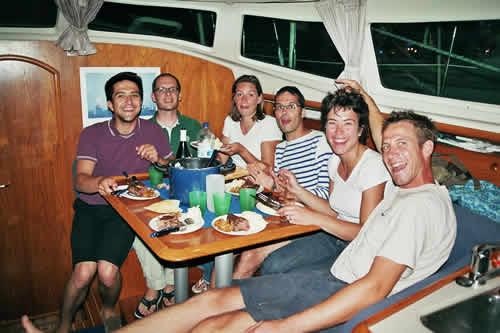 Repas sur le bateau au cours d'une location de voilier en Corse