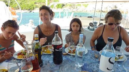 Repas sur le catamaran loué par la famille en Corse
