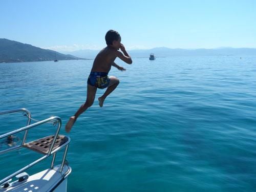 Saut en bout du catamaran de location en Corse avec skipper