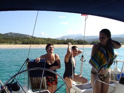 Séance de douche à bord du voilier de location sur la Corse