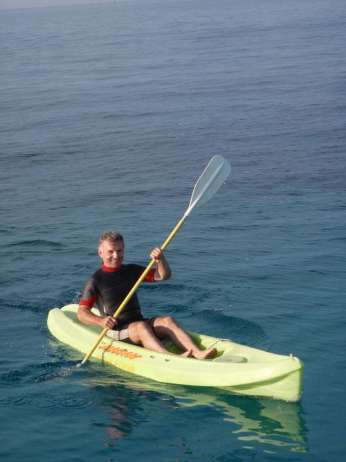 Séance kayak sur une croisière à bord d'un catamaran en Corse