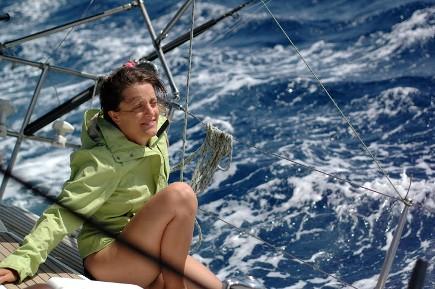 Seule ou si seulement si sur un voilier à la gîte sur une croisière en Corse