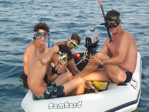 Snorkling en préparation sur une location de voilier en Corse