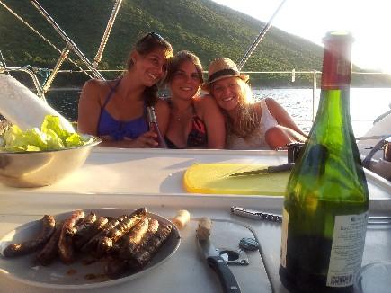 Taste vin par trois amies sur une croisière entre amis sur un voilier de loc avec skipper