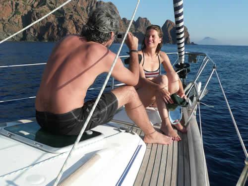 Un couple sur une croisière à la cabine en Corse avec skipper