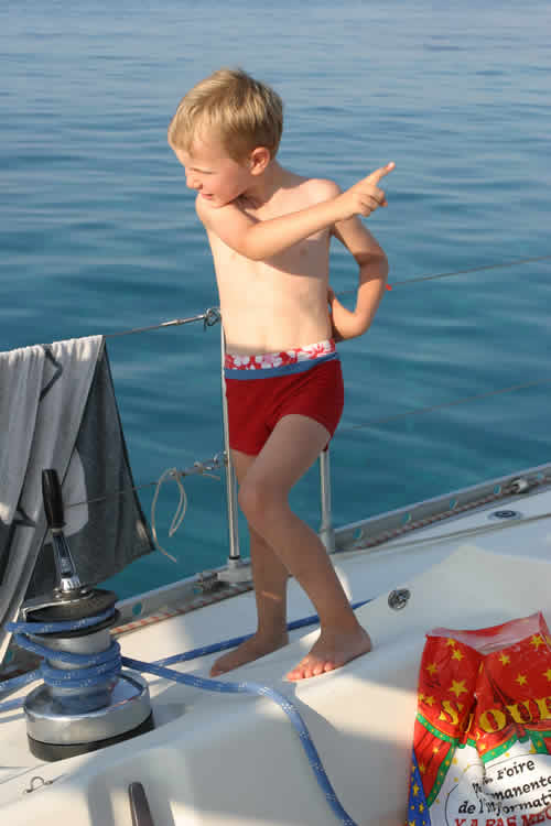 Un enfant en capitaine sur une croisière à la voile en Corse