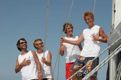 Un père et ses fils lors d'une location de bateau en Corse avec skipper