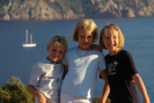 Un trio de jeunes sur cette location en famille avec skipper