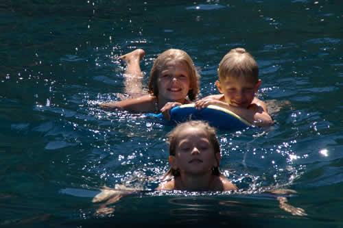 Une baignade entre frères et sœurs sur cette croisière en Corse